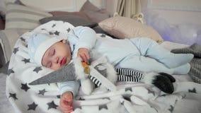 El bebé que duerme pacífico, el niño mira sueños en una atmósfera acogedora, el dormir lindo del niño pequeño almacen de metraje de vídeo