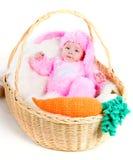 El bebé recién nacido divertido se vistió en juego del conejito de pascua Imagenes de archivo