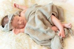 El bebé recién nacido está durmiendo imagen de archivo libre de regalías