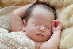 El bebé recién nacido está durmiendo foto de archivo libre de regalías