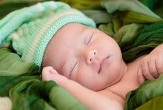 El bebé recién nacido está durmiendo fotos de archivo libres de regalías