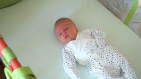 El bebé recién nacido está en el pesebre metrajes