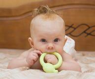 El bebé roe el teether del látex Fotografía de archivo libre de regalías