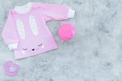 El bebé rosado viste para la niña en espacio gris de la copia de la opinión superior del fondo Imagen de archivo libre de regalías