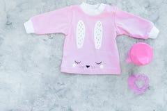 El bebé rosado viste para la niña en espacio gris de la copia de la opinión superior del fondo Foto de archivo libre de regalías