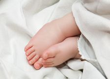 El bebé se alza Imagen de archivo libre de regalías
