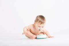 El bebé se inclina adentro para otra mordedura de la torta Imagen de archivo libre de regalías