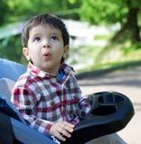 El bebé sorprendido mira con fijeza en el cielo Imagen de archivo libre de regalías