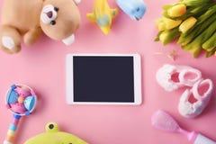 El bebé suave colorido juega en fondo rosado con el espacio de la copia Imágenes de archivo libres de regalías