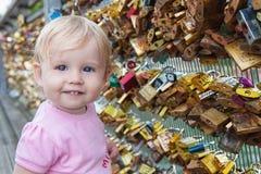 El bebé toca las cerraduras en el puente de París fotografía de archivo libre de regalías