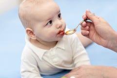 El bebé toma la medicina Foto de archivo