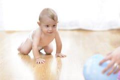 El bebé va en todos los fours en casa Foto de archivo libre de regalías