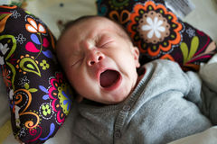 El bebé yawnling Fotografía de archivo libre de regalías