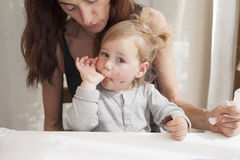 El bebé ama el chocolate Foto de archivo