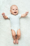 El bebé bonito está mintiendo en la alfombra Imagen de archivo