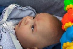 El bebé está mirando fijamente el cielo Imagen de archivo