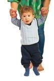 El bebé hace los primeros pasos Foto de archivo libre de regalías