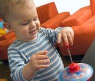 El bebé juega en el país Fotos de archivo