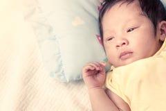 El bebé recién nacido lindo está mintiendo en su cama Imagen de archivo libre de regalías