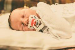 El bebé recién nacido que duerme en su cama Imagen de archivo libre de regalías