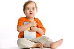 El bebé sostiene el libro Imagen de archivo