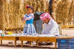 El beduino y su hija mantienen la tienda de souvenirs desierto Imagenes de archivo