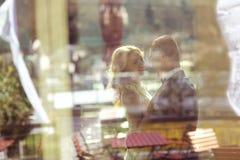 El beeing de novia y del novio visto a través una ventana Imágenes de archivo libres de regalías