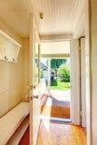 El beige empareda vestíbulo con la puerta abierta y el suelo de parqué. Fotos de archivo libres de regalías