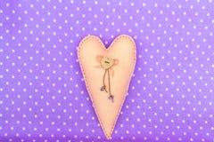 El beige sentía el corazón con el colgante de madera del corazón y de la llave Fotografía de archivo libre de regalías