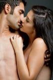 El besarse étnico de los pares Fotos de archivo