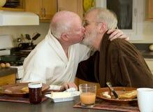 El besarse alegre de los pares Foto de archivo