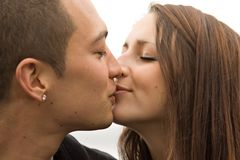 El besarse atractivo joven de los pares Fotografía de archivo