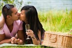 El besarse cerca del lago Fotos de archivo libres de regalías