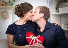 El besarse de dos amantes Fotos de archivo libres de regalías