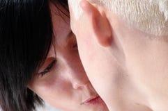 El besarse de dos mujeres Fotos de archivo