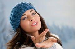 El besarse de la belleza del invierno Foto de archivo libre de regalías