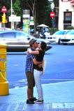 El besarse de la calle Imágenes de archivo libres de regalías
