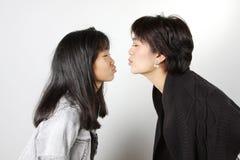 El besarse de la familia Imagen de archivo libre de regalías