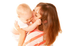 El besarse de la madre y del bebé. Foto de archivo libre de regalías