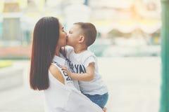El besarse de la mama y del hijo Foto de archivo