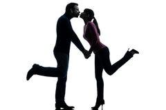 El besarse de los amantes del hombre de la mujer de los pares   silueta Fotos de archivo libres de regalías