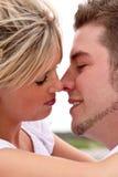 El besarse de los pares Imagenes de archivo