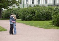 El besarse de los pares Fotografía de archivo