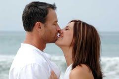 El besarse de los pares Imágenes de archivo libres de regalías