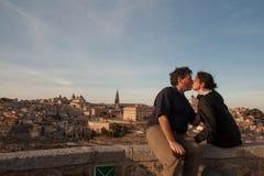 El besarse de los pares Fotos de archivo