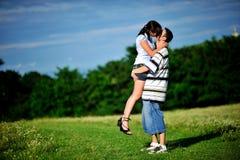 El besarse de los pares al aire libre Imagenes de archivo