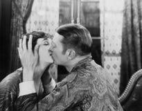 El besarse de los pares (todas las personas representadas no son vivas más largo y ningún estado existe Garantías del proveedor q Fotografía de archivo