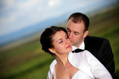 El besarse de novia y del novio Foto de archivo