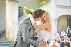 El besarse de novia y del novio Imagen de archivo libre de regalías