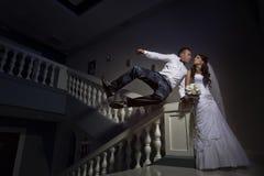 El besarse de novia y del novio Imágenes de archivo libres de regalías